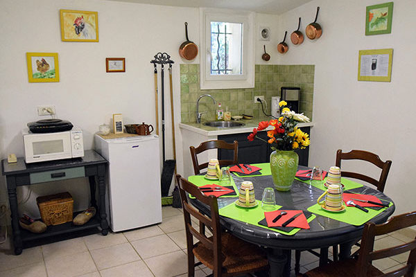vue sur le coin cuisine et repas